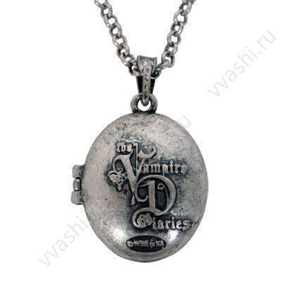 """Готический медальон вампира.  На этом металлическом медальоне на передней части изображен логотип  """"Дневники."""